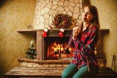 Kvinna med marshmallowen vid spisen Ung kvinna som ler och Royaltyfria Bilder