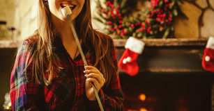 Kvinna med marshmallowen vid spisen Ung kvinna som ler och Royaltyfri Bild