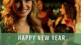 Kvinna med martini exponeringsglas på helgdagsafton för nytt år stock video