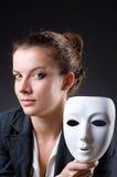 Kvinna med maskeringen i hyckleribegrepp Arkivbild