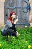 Kvinna med maskrosen Arkivbild