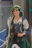 Kvinna med medeltida utföra för dräkt Arkivfoto