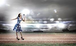 Kvinna med megafonen Arkivbild