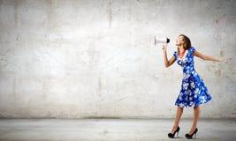 Kvinna med megafonen Royaltyfri Foto