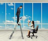 Kvinna med megafonsammanträde på stol Arkivfoto