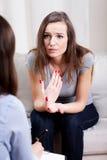 Kvinna med mentala problem och terapeut Fotografering för Bildbyråer