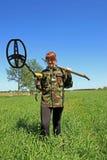 Kvinna med metalldetektorn Arkivfoto