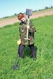 Kvinna med metalldetektorn Royaltyfria Bilder