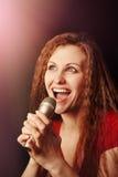 Kvinna med mikrofonen Arkivbild