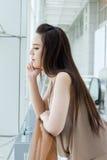 Kvinna med mild spänning, bekymmer och dysterhet Arkivfoto