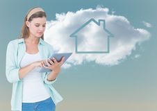 Kvinna med minnestavlan mot molnet med huset arkivfoto