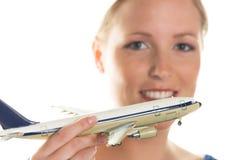 Kvinna med modellflygplanet Arkivfoto