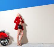 Kvinna med mopeden Royaltyfri Foto