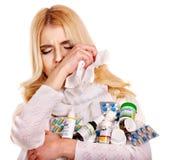 Kvinna med näsduken som har förkylning. Royaltyfria Bilder