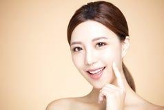 kvinna med naturlig makeup- och rengöringhud Arkivbild