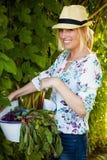 Kvinna med nya grönsaker Arkivfoto