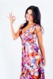 Kvinna med ok gest Fotografering för Bildbyråer