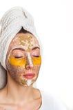 Kvinna med olika maskeringar på henne framsida Arkivfoton