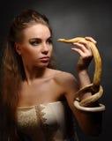 Kvinna med ormen Fotografering för Bildbyråer