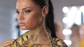 Kvinna med ormen för innehav för kroppkonst arkivfilmer