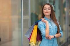 Kvinna med påsar för en shopping i gallerian Arkivbild