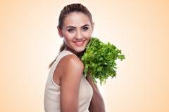 Kvinna med packeörter (sallad). Begreppsvegetarian som bantar - honom Arkivbilder