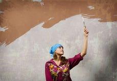 Kvinna med paintbrushen Royaltyfri Foto