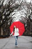 Kvinna med paraplyet i nedgång i regn Arkivfoto