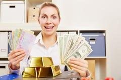 Kvinna med pengar i dollar och euro och guld- valuta Arkivfoton