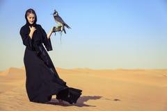 Kvinna med Peregrine Falcon royaltyfria bilder