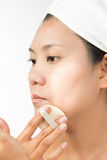 Kvinna med perfekt vård- hud av framsidan och badlakanet på huvudet Fotografering för Bildbyråer