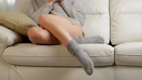 Kvinna med perfekta ben som kopplar av dricka kaffe stock video
