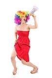Kvinna med peruken som ropar på en megafon Royaltyfria Foton