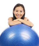 Kvinna med pilatesbollen Royaltyfria Foton