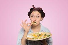 Kvinna med pizza royaltyfria foton