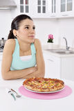 Kvinna med pizza royaltyfri bild