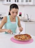 Kvinna med pizza royaltyfri foto