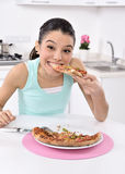 Kvinna med pizza arkivbilder