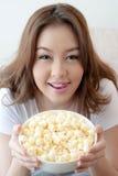 Kvinna med popcorn Arkivbild