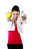Kvinna med äpplet och flaskan av vatten Arkivbild