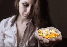 Kvinna med preventivpillerar Arkivfoto