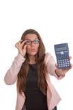 Kvinna med räknemaskinen som gör finanser arkivfoto