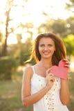 Kvinna med röd hjärta royaltyfri fotografi
