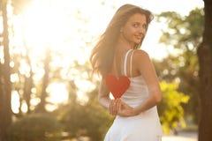Kvinna med röd hjärta arkivbild