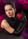 Kvinna med röd hjärta Royaltyfri Bild