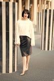Kvinna med röd kantmakeup i paris, Frankrike Sinnlig kvinna med brunetthår Skönhetflicka med glamourblick Mode arkivbild