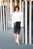 Kvinna med röd kantmakeup i paris, Frankrike Sinnlig kvinna med brunetthår Skönhetflicka med glamourblick Modemodell i whi arkivfoto