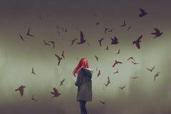 Kvinna med rött håranseende bland fåglar royaltyfri illustrationer