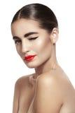 Kvinna med rött kantsmink för glamour, rengöringhud le blinka arkivbild