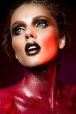 Kvinna med rött smink Royaltyfri Fotografi